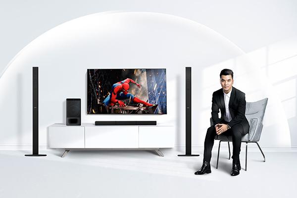 Nam ca sĩ chia sẻ anh chọn Sony Soundbar HT-S700RF thuộc dòng 5.1 kênh vì muốn tận hưởng đỉnh cao âm thanh vòm tại nhà. Tuy nhỏ gọn, tinh giản nhưng chất lượng âm thanh tốt. Dàn loa này còn có thiết kế đơn giản, mang phong cách hiện đại. Bộ loa giúp tăng tính thẩm mỹ cho cả căn phòng và không phá vỡ cấu trúc chung của ngôi nhà, anh nói.