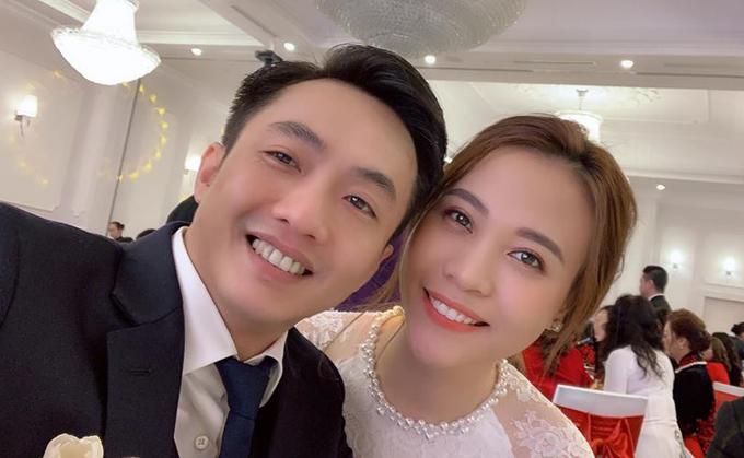 Đàm Thu Trang được mẹ Cường Đô La trao quà trong lễ đính hôn