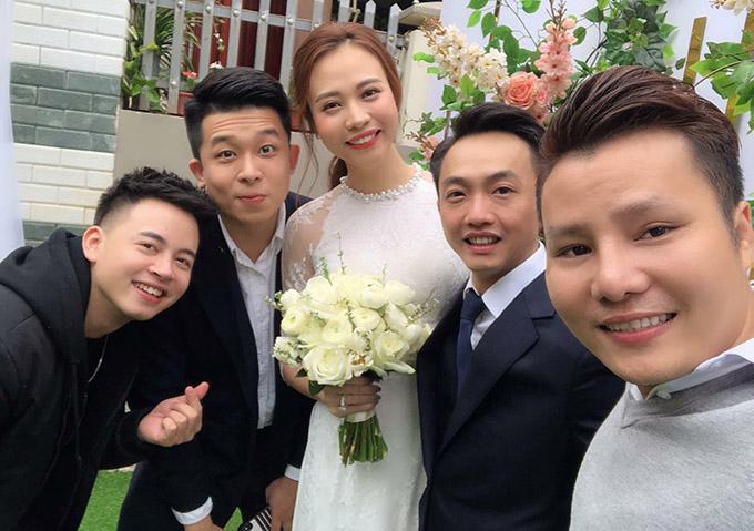 Đàm Thu Trang được mẹ Cường Đô La trao quà trong lễ đính hôn - 1