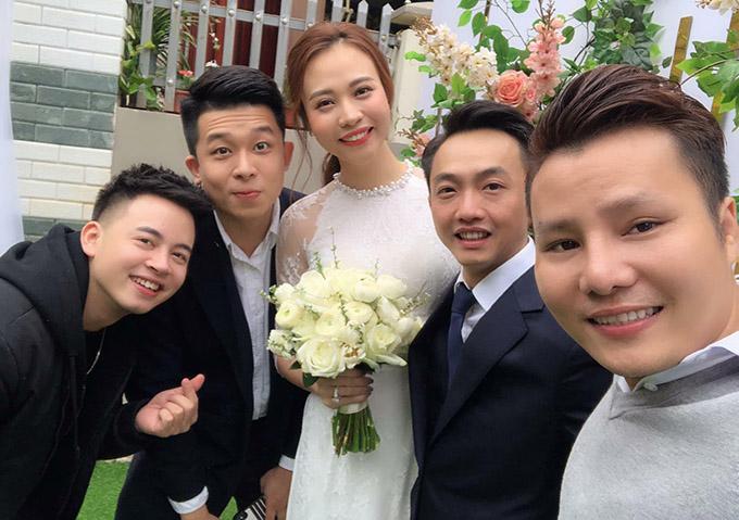 Cường Đô La - Đàm Thu Trang chụp ảnh cùng bạn bè trong đám hỏi ở Lạng Sơn.