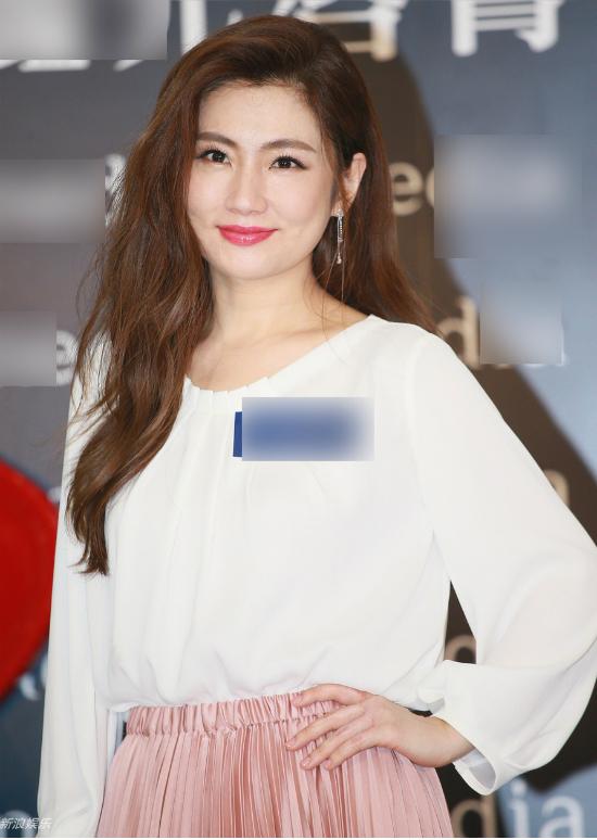 Từ sau khi chia tay chồng - doanh nhân Trương Thừa Trung, Selina đến nay vẫn lẻ bóng dù chồng cô đã thay người yêu liên tục. Nữ ca sĩ, diễn viên thừa nhận, cô đang tìm kiếm một nửa, nhưng hoàn toàn không có ý định vội vàng, gấp rút: Tôi sợ nếu hấp tấp sẽ kiếm phải người không tốt.