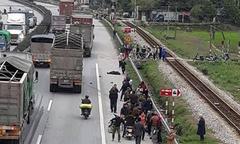 Xe tải đâm đoàn người đi viếng nghĩa trang, 8 người chết