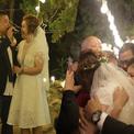Cô dâu chú rể 'vỡ òa' khi bố mẹ đột ngột xuất hiện tại tiệc cưới