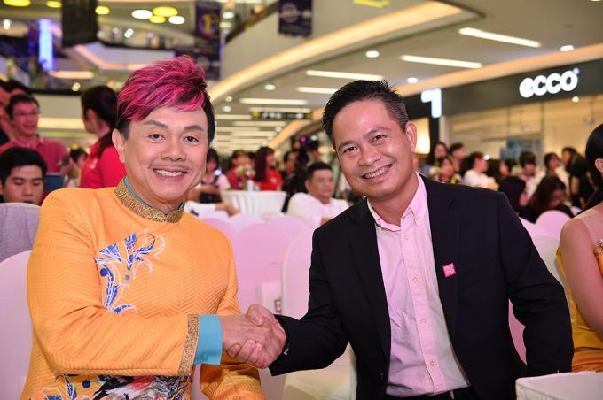 Chí Tài và ông Nguyễn Bá Diệp - Phó chủ tịch M_Service - đơn vị sở hữu thương hiệu MoMo tại sự kiện.