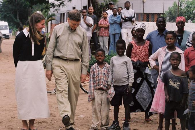 Ngoài ra hai vợ chồng tỷ phú Bill Gates đãliên kết với nhiều tổ chức từ thiện khác nhằm quyên góp khoảng 2 tỷ USD để chống lại căn bệnh sốt rét, hơn 50 triệu USD để chống lại Ebola và cam kết đầu tư 38 triệu USD cho một công ty dược phẩm Nhật Bản để tạo ra một loại vắc xin bại liệt chi phí thấp.