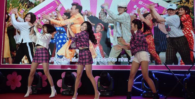 Điệu nhảy vui nhộn của Chí Tài trở thành tâm điểm trong suốt chương trình. Các sao trẻ thách đấu nhau xem ai thể hiện ấn tượng nhất. Nhóm nhạc Lime (trong ảnh)với sự trẻ trung, duyên dáng là những người bắt đầu điệu nhảy.