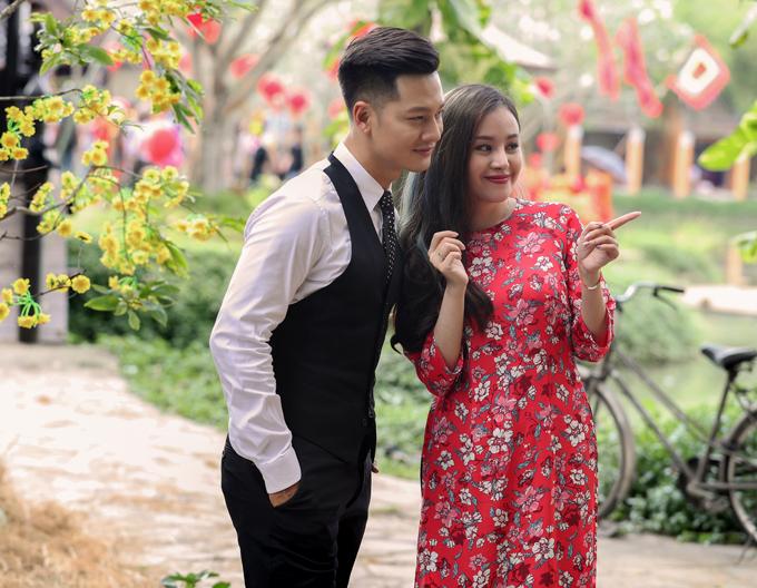 Đức Tuấn khen Bà Tưng có nhan sắc rạng ngời, đầy sức sống rất phù hợp với sản phẩm mới của anh. Ngoài đời anh có mối quan hệ thân thiết với hot girl người Nghệ An.