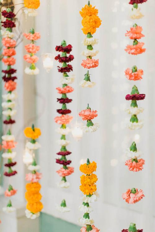 3. Phông nềnchụp ảnh với dải hoa treo lơ lửngViệc dùng hoatrang trí đám cưới đã không còn là điều hiếm lạ. Tuy nhiên, thay vì chỉ cắm hoa vào bình như thông thường, nhiều cặp đã sáng tạo bằng cách hô biến hoa thành phông nềnchụp hình.