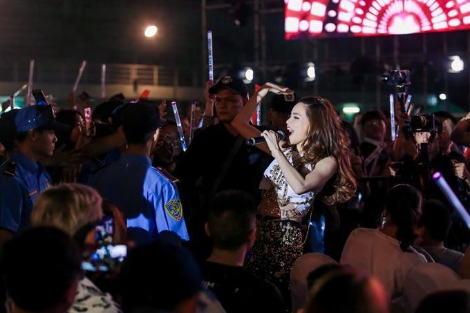Nữ ca sĩ vừa hát vừa xuống tận khán đài giao lưu với khán giả để tạo không khí gần gũi.