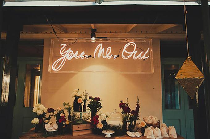 4. Trang trí đám cưới với đèn neonNhững bóng đèn nhấp nháy với thông điệp cụ thể sẽ là điểm nhấn tuyệt vời cho lễ cưới với chi phí phải chăng.