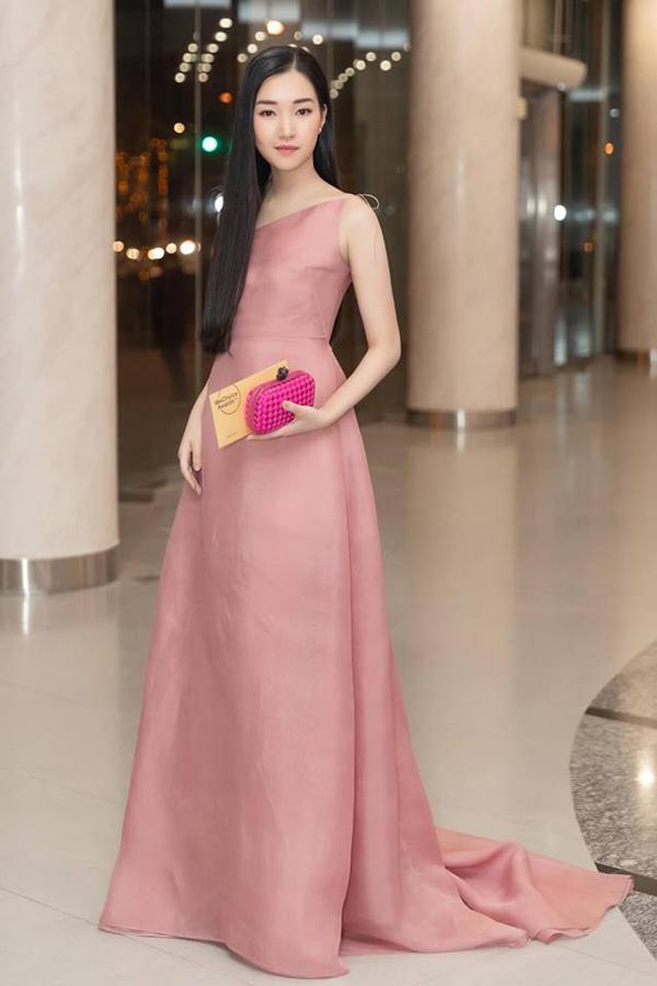 Ngọc Trân - Nàng thơ xứ Huế nhẹ nhàng cùng thiết kế váy hồng pastel.