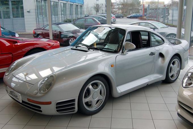 Ông cũng sở hữu bộ sưu tập xe hơi sang trọng. Porsche 911 là mẫu siêu xe đầu tiên ông mua sau khi thành lập Microsoft. Chiếc xe này sau đó đã được bán đấu giá với số tiền 80.000 USD. Ông cũng có một chiếc Porsche 959 trong bộ sưu tập xe của mình.