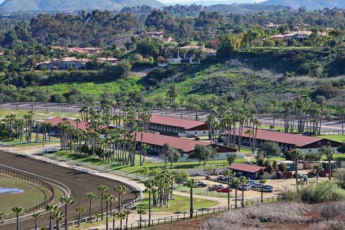 Năm 2014, Bill Gates cũng chi 18 triệu USD để mua lại trang trại ngựa Rancho Paseana có diện tích hơn 900.000 m2 tại Rancho Santa Fe.Trang trại gồm một đường đua 1,2 km, 5 chuồng ngựa và là món quà ông dành cho cô con gái Jenifer, người đam mê môn cưỡi ngựa.