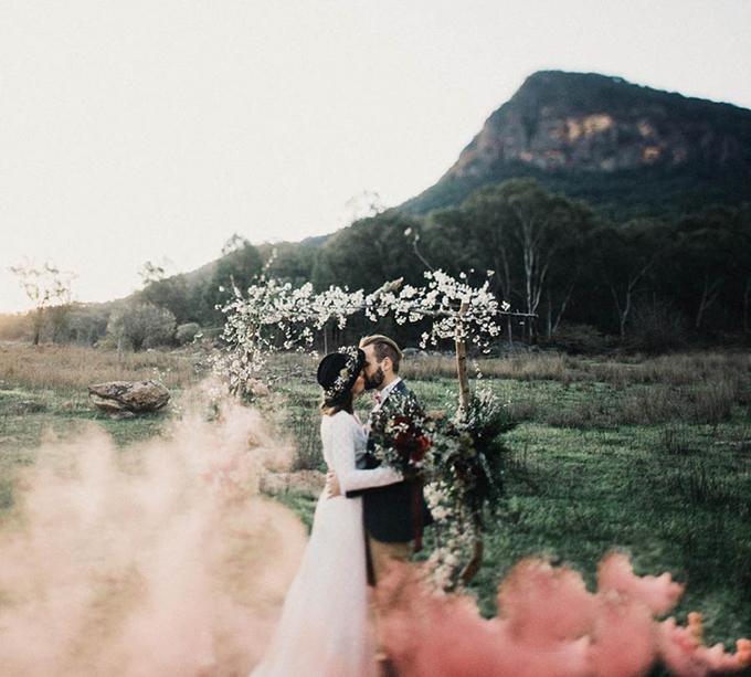 Pháo khói màu hồng, đỏ là yếu tố giúp bức ảnh trông huyền ảo và cuốn hút người xem.