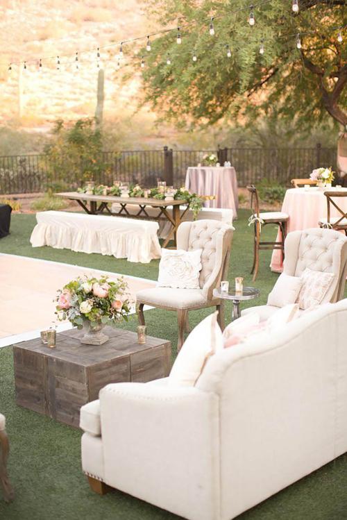 1. Tổ chức đám cưới sân vườnĐám cưới ở sân vườncó nhiều khoảng không, giúp cô dâu chú rể có thể tự do bố trí, sắp đặt nội thất theo ý muốn, dựng backdrop chụp ảnh cỡ lớn, sân khấu rộng...