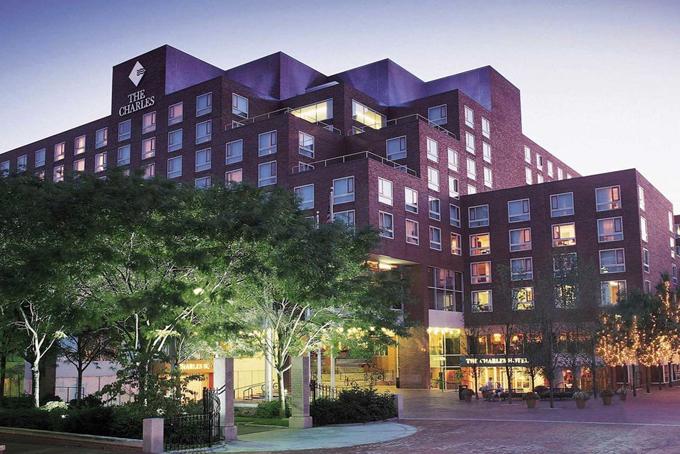 Bill Gates là một trong những nhà đầu tư lớn nhất củakhách sạn Charles tại Cambridge, Massachusetts. Đồng thời ôngđược cho là nắm giữ gần một nửa chuỗi khách sạn của Four Season Holding, bao gồm các khách sạn ở Atlanta và Houston.