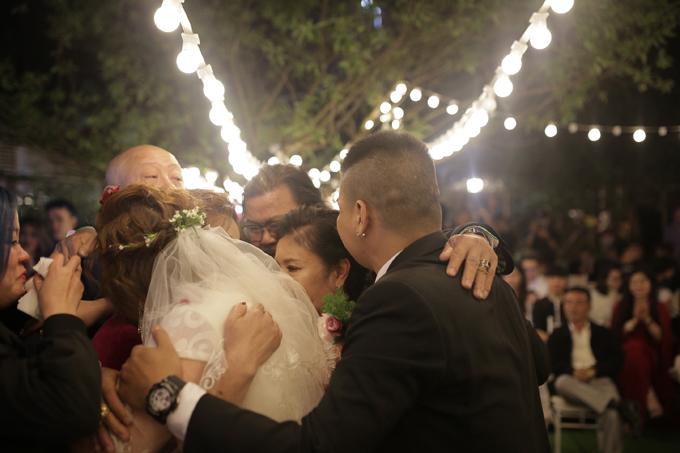 Cô dâu chú rể ôm chầm lấy cha mẹ trong tiệc cưới và nói lời cảm ơn đấng sinh thành.