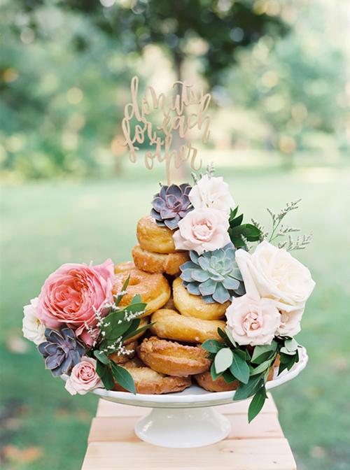Bánh cưới kết từ donut và hoa tươi chắc chắn sẽ hút hồn nhiều cô bé, cậu bé ở tiệc cưới.