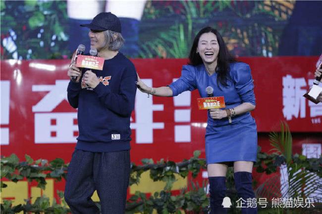 Nữ diễn viên tương tác với các nghệ sĩ rất vui vẻ, hào hứng trong suốt sự kiện.
