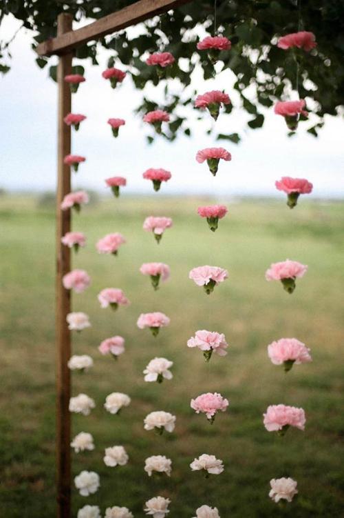 Những bông hoa sẽ được nối với nhau bằng sợi cước trong suốt, tạo nên phông nền độc đáo.