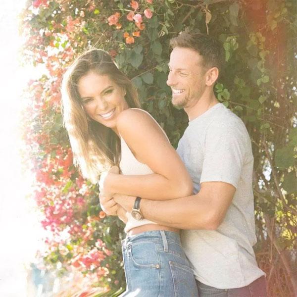 Sau khi kết thúc cuộc hôn nhân với Jessica Michibata, Button tìm thấy tình yêu bên cựu mẫu Playboy