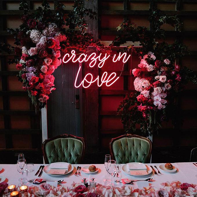 Uyên ương có thể trang trí thêm hoa tươi kết hợp với đèn neon để không gian thêm lãng mạn, có sắc màu tươi vui.