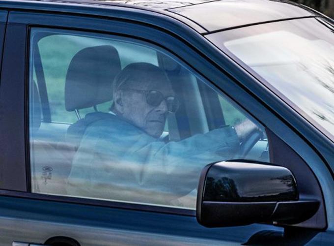Thái tử Charles đeo kính đen lái xe nhưng không thắt dây an toàn hai ngày sau khi gặp tai nạn. Ảnh: Albanpix.