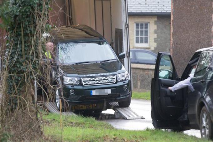 Một chiếc Land Rover Freelancer mới được chở đến nhà ông ở Sandringham hôm 18/1. Ảnh: Geoff Robinson