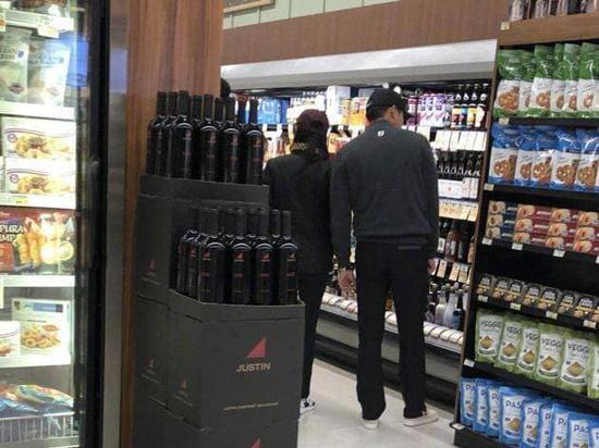 Hình ảnh Hyun Bin và diễn viên Son Ye Jin cùng đi mua sắm tại một cửa hàng ở Los Angeles, Mỹ được chia sẻ chóng mặt trên mạng xã hội hôm 21/1, gây xôn xao trong khán giả. Trước đó, tin đồn hai người hẹn hò ở Mỹ rộ lên trong giới giải trí, nhưng cặp sao phủ nhận.
