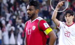 Đồng đội ra dấu giúp thủ môn Iran bắt thành công phạt đền