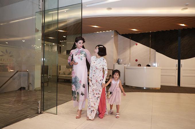 Ngay sau khi hoàn thành bài hát, Mai Phương cùngcon gáiLavie ra về. Cựu người mẫu Trang Trần đã tiễn hai mẹ con nữ diễn viên ra tận cửa khách sạn.