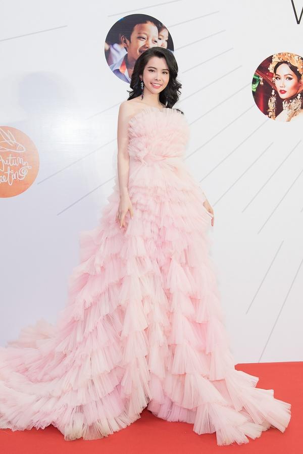 Huỳnh Vy chọn bộ cánh tạo khối đồ sộ với những đường nhún bèo khắp thân váy để hội tụ dàn sao.