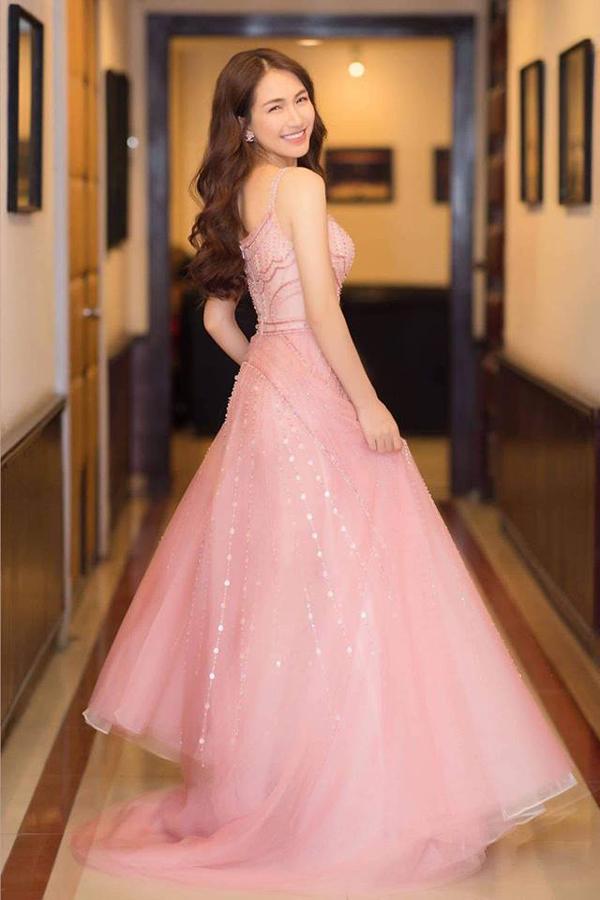 Đi kèm gam màu hợp mốt, Đỗ Long giúp mẫu váy của Hòa Minzi độc đáo hơn bởi cách kết hợp pha lê, đá lấp lánh cùng sequins.