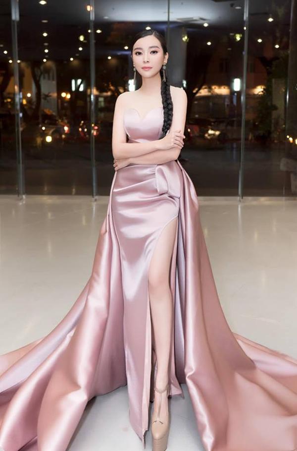 Cao Thái Hà khoe vẻ đẹp gợi cảm cùng váy xẻ cao đi kèm tà dài lộng lẫy.