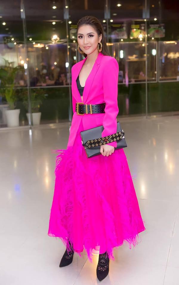 Nhằm giúp các người đẹp trở nên cá tính hơn khi diện sắc hồng, nhiều stylist đã chọn tông đen và các phụ kiện hot trend đi kèm. Tường Linh hiện đại cùng cách mix áo blazer, bra đen và chân váy đính lông vũ.