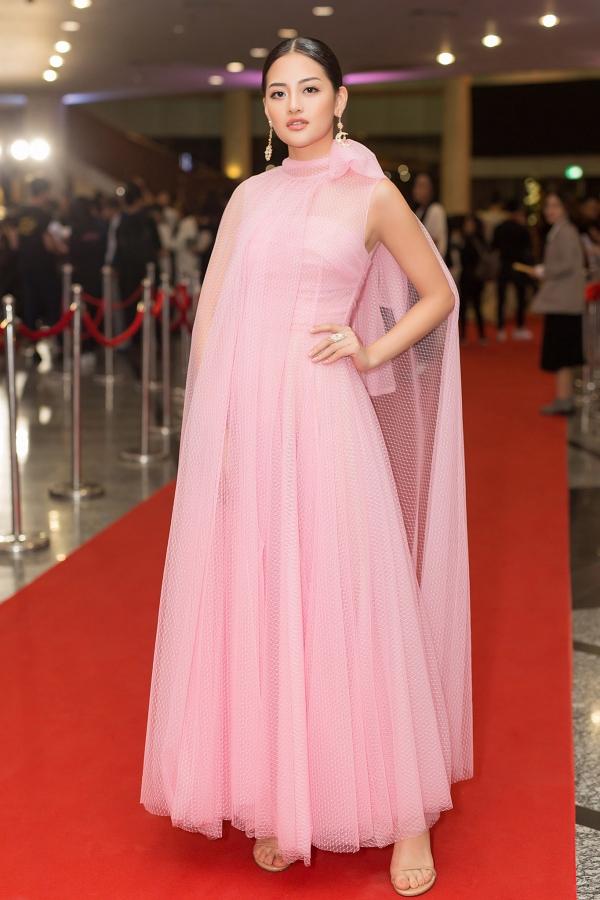 Diễn viên Thùy Anh nhẹ nhàng với váy trùm vai thiết kế trên sắc hồng phấn.
