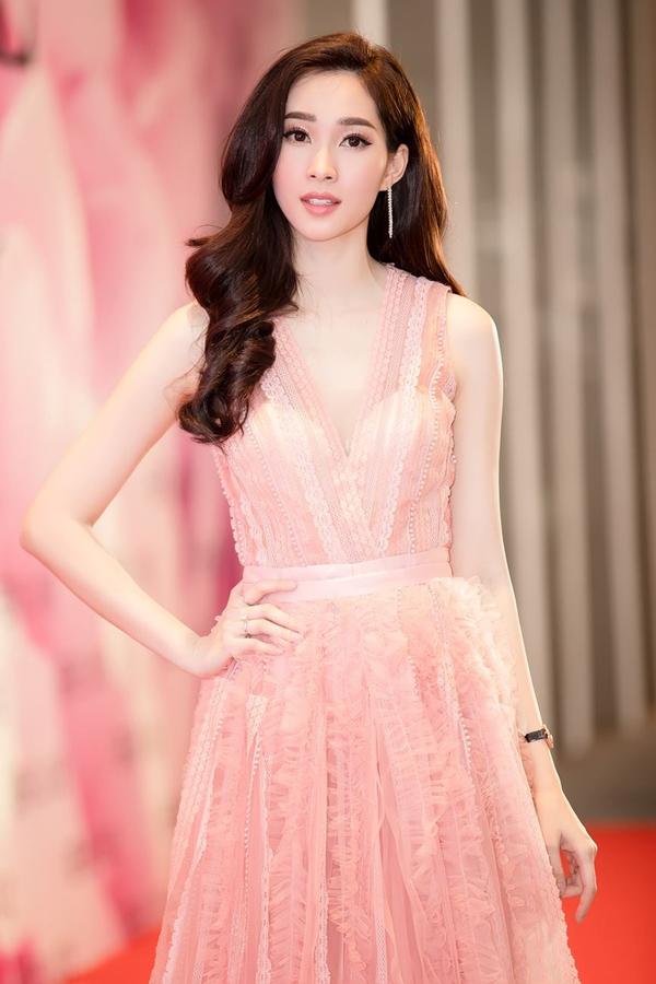 Ngoài sắc hồng cánh sen bắt mắt, hồng phấn, hồng thạch anh, hồng xám khói cũng được các mỹ nhân Việt ưa chuộng. Hoa hậu Đặng Thu Thảo khoe vẻ mong manh trong thiết kế váy hai dây.