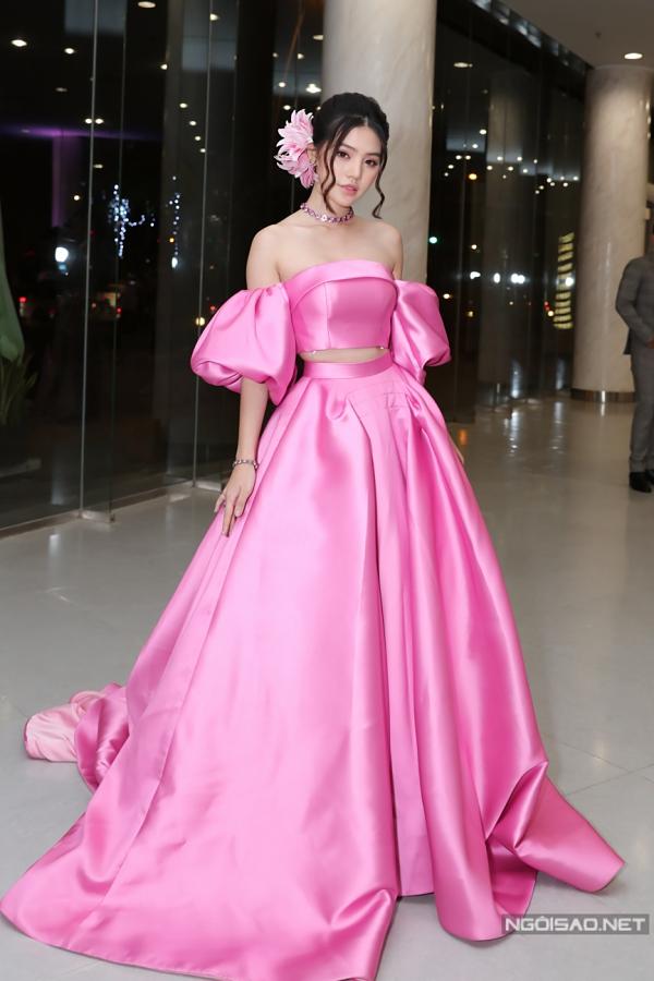 Trên các thảm đỏ ở nhiều chương trình đầu năm 2019, nhiều người đẹp Việt đồng loạt chọn sắc hồng cho trang phục của mình. Jolie Nguyễn giúp mình nổi bật với váy hồng thạch anh kết khối cầu kỳ.