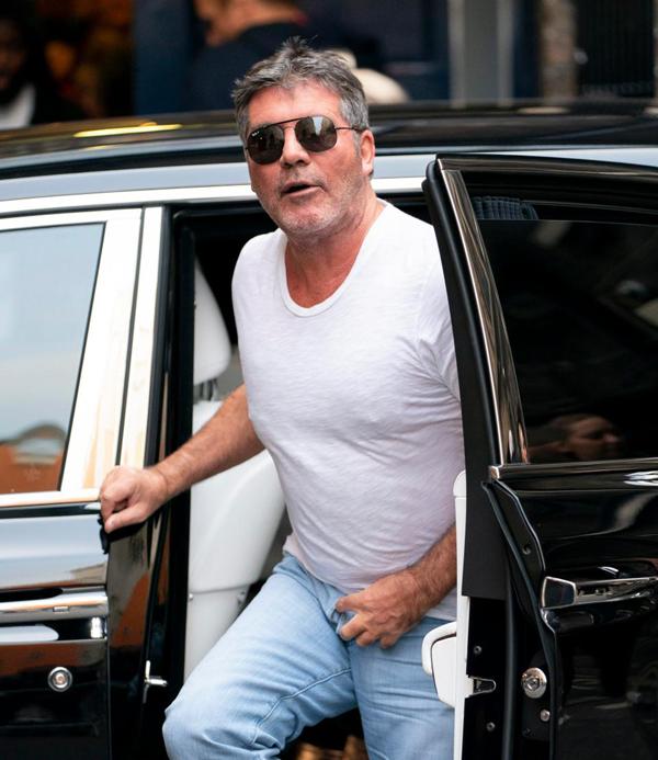 Khi vừa bước ra khỏi chiếc xe sang, Simon Cowell phát hiện chưa kéo khóa quần.