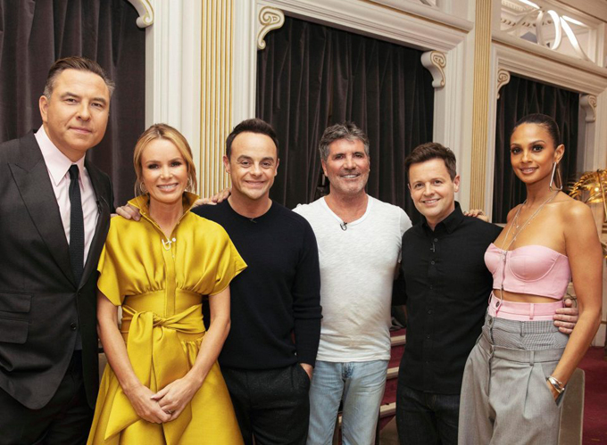Simon chụp ảnh cùng ban giám khảo Britains Got Talent và hai MC của chương trình trong ngày đầu tiên tái ngộ hôm 18/1. Khi bức ảnh được đăng tải trên trang web của cuộc thi, các fan không khỏi bàn tán về gương mặt khác lạ của Simon Cowell. Nhiều người bình luận rằng, gương mặt ông đã bị photoshop làm mịn quá đà đến nỗi không thể nhận ra. Britains Got Talent mùa thứ 12 vừa quay lại với các giám khảo quen thuộc. Năm ngoái, anh em nghệ sĩ xiếc Quốc Cơ và Quốc Nghiệp đã tham gia chương trình này và đứng vị trí thứ 4 trong đêm chung kết.