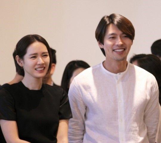 Son Ye Jin và Hyun Bin hợp tác trong phim Negotiation năm 2018, và theo một nguồn tin, sau khi đóng phim, họ đã phải lòng nhau.