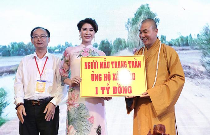 Cũng trong sự kiện cuối tuần qua, cựu người mẫu Trang Trần đã ủng hộ cho Hội từ thiện 1 tỷ đồng để xây cầu cho dân nghèo.