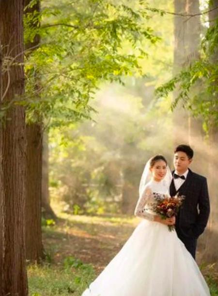 Zhang Xiaoying và chồng sắp cưới. Ảnh: Fuyang TV.
