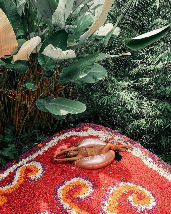 Bể bơi phủ đầy hoa ở Bali khiến phái nữ mê mẩn