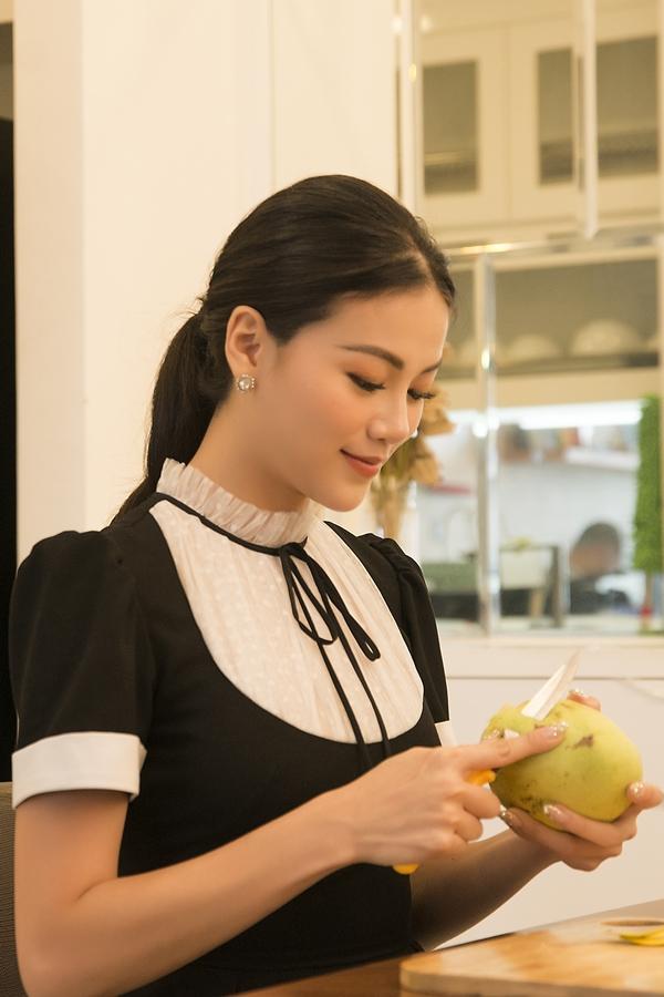 Ngoài ra, cô bắt đầu thực hiệnnhững dự án về môi trường, trồng cây chắn sóng, kêu gọi chống biến đổi khí hậu tại quê hương Bên Tre. Cô mong muốn xây dựng quê hương trở thành thành phố đáng sống.