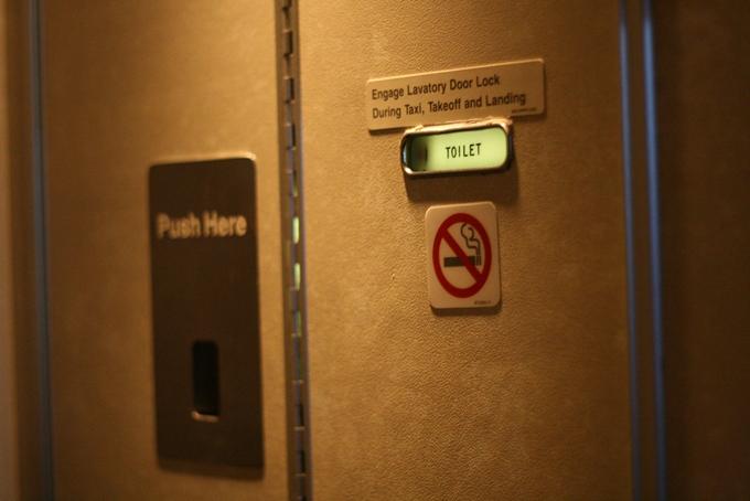 Bí mật bên dưới dấu hiệu không hút thuốc trên cửa toilet máy bay