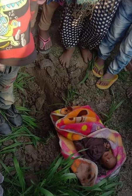 Bé gái được tìm thấy còn sống sau khoảng 3 tiếng bị chôn sống. Ảnh: Caters.
