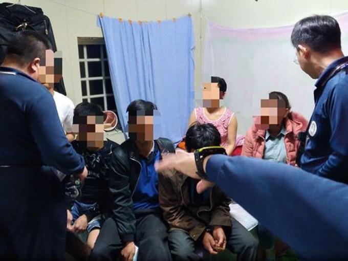 Một nhóm du khách người Việt bị bắt giữ ở thành phố Gia Nghĩa, Đài Loan hồi cuối tháng 12/2018. Ảnh: NIA.