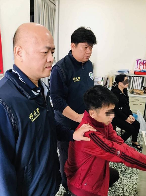 Mộtnghi phạm Việt Nam chạy trốn ở Đài Loan bị bắt ở thành phố Chương Hóa hồi cuối tháng 12/2018. Ảnh: NIA.