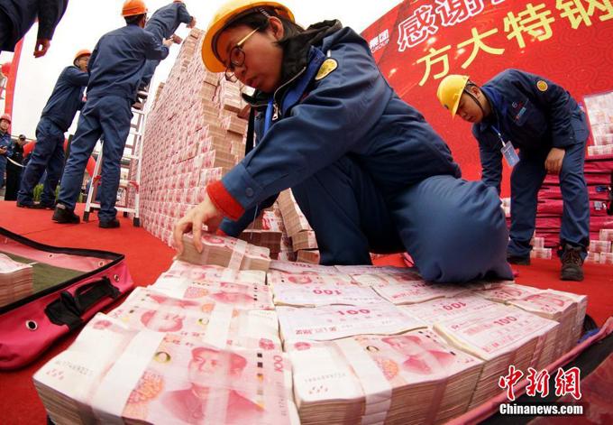 Tiền đươc cho vào các túi đỏ chuyển tới sân khấu để các nhân viên sắp xếp.